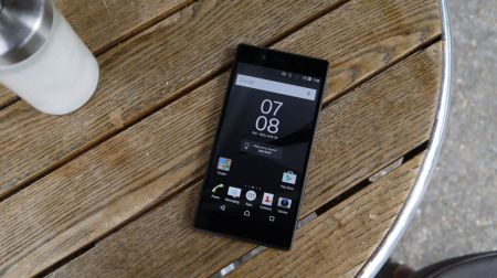 Sony-Xperia-Z5-grey-on-tabl-970-80