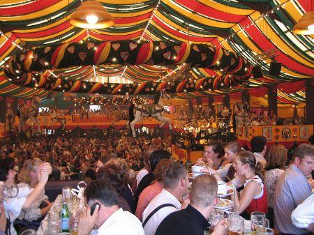800px-Oktoberfest_inside_Hippodrom